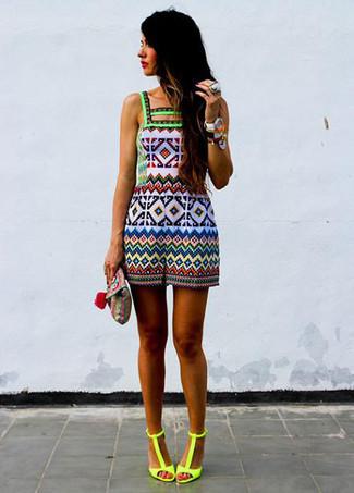 Comment porter: combishort géométrique multicolore, sandales à talons en cuir jaunes, pochette en cuir géométrique multicolore, bague jaune