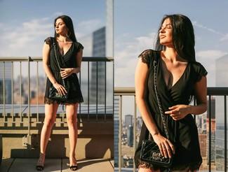 Comment porter: combishort noir, sandales compensées en cuir noires, sac bandoulière en cuir matelassé noir, boucles d'oreilles dorées
