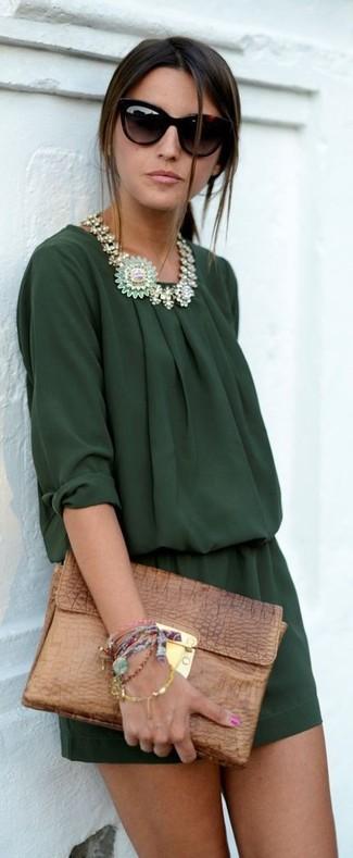 Comment porter: combishort vert foncé, pochette en cuir marron, lunettes de soleil noires, collier vert menthe