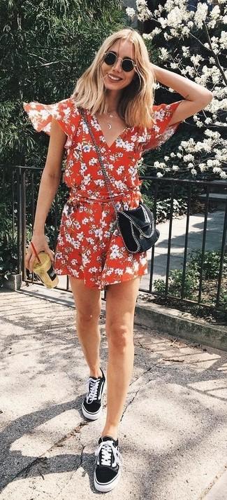 Comment porter: combishort à fleurs rouge, baskets basses en toile noires, sac bandoulière en cuir noir, lunettes de soleil noires