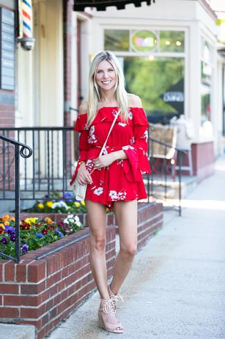 Comment porter: combishort à fleurs rouge, sandales compensées en daim beiges, sac bandoulière en cuir blanc, bracelet doré