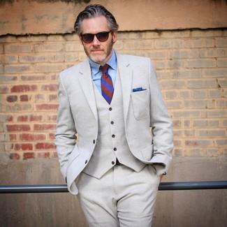 Comment porter: complet en laine beige, chemise de ville en chambray bleu clair, cravate à rayures verticales bleue, pochette de costume bleue