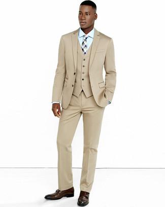 Comment porter une cravate écossaise beige: Associe un complet beige avec une cravate écossaise beige pour une silhouette classique et raffinée. Pour les chaussures, fais un choix décontracté avec une paire de des double monks en cuir marron foncé.