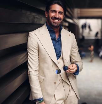 Comment porter: complet écossais beige, chemise de ville en chambray bleu marine, lunettes de soleil bleu marine, montre en cuir verte