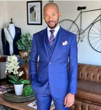 Comment porter: complet bleu, chemise de ville blanche, cravate à rayures verticales rouge et bleu marine, pochette de costume blanche