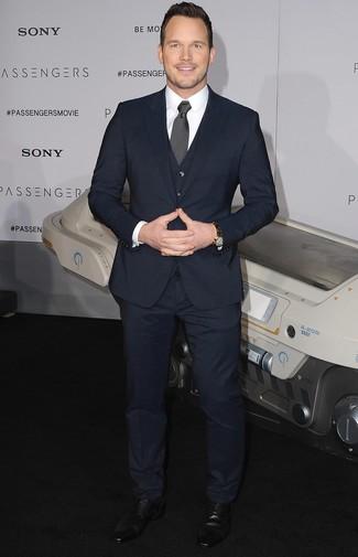 Comment porter: complet bleu marine, chemise de ville blanche, chaussures derby en cuir noires, cravate á pois noire et blanche