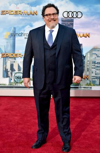 Comment porter: complet bleu marine, chemise de ville blanche, chaussures derby en cuir noires, cravate bleu clair