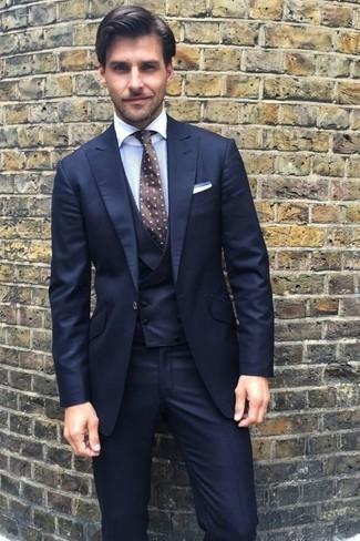 Comment porter: complet bleu marine, chemise de ville blanche, cravate á pois marron foncé, pochette de costume blanche