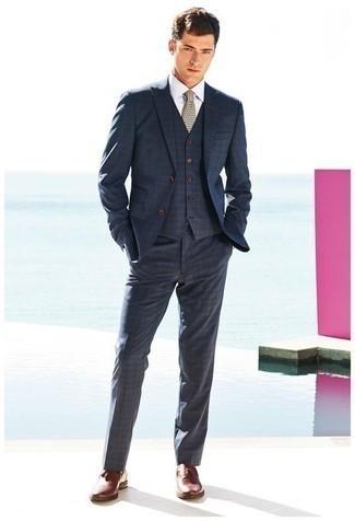 Comment porter des mocassins à pampilles en cuir bordeaux: Essaie d'associer un complet écossais bleu marine avec une chemise de ville blanche pour un look classique et élégant. Une paire de des mocassins à pampilles en cuir bordeaux s'intégrera de manière fluide à une grande variété de tenues.