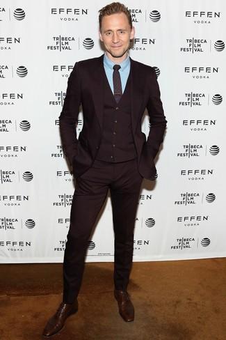 Comment porter: complet bordeaux, chemise de ville bleu clair, chaussures richelieu en cuir marron foncé, cravate imprimée bordeaux