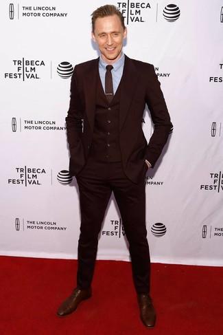 Comment porter: complet bordeaux, chemise de ville bleu clair, chaussures richelieu en cuir marron, cravate imprimée bordeaux