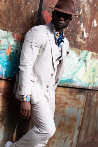 Comment porter: complet en lin beige, chemise à manches longues à fleurs bleue, baskets basses blanches, chapeau en laine marron