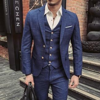 Comment porter un complet bleu marine: Opte pour un complet bleu marine avec une chemise à manches longues blanche pour un look pointu et élégant.