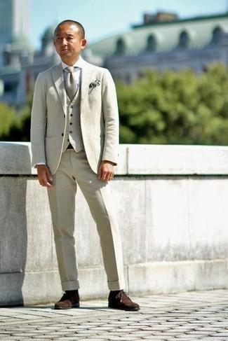 Comment s'habiller pour un style elégantes: Porte un complet beige et une chemise de ville blanche pour un look classique et élégant. Tu veux y aller doucement avec les chaussures? Fais d'une paire de bottines chukka en daim marron foncé ton choix de souliers pour la journée.