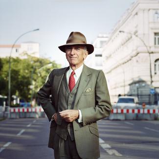 Comment porter: complet olive, chemise de ville blanche, chapeau en laine olive, cravate á pois rouge
