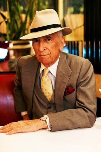 Comment porter: complet marron, chemise de ville à rayures verticales bleu clair, chapeau en laine beige, cravate imprimée jaune