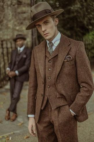 Comment porter: complet en laine marron, chemise de ville bleu clair, chapeau en laine marron, cravate imprimée olive