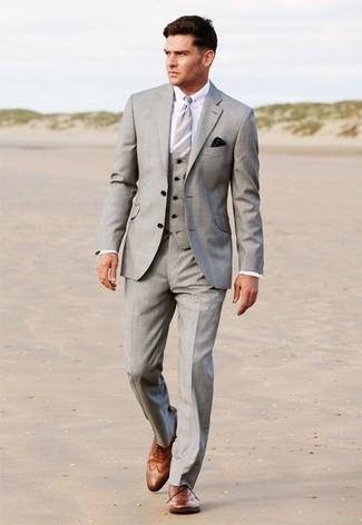 Comment porter: complet gris, chemise de ville blanche, chaussures brogues en cuir marron, cravate à rayures verticales grise