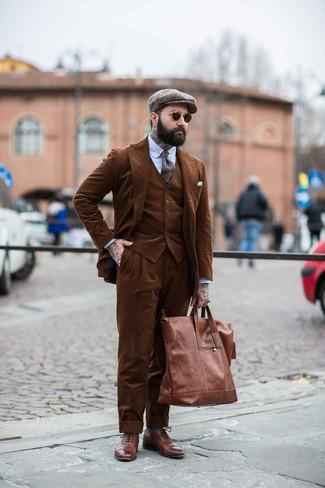 Comment porter: complet en velours côtelé marron, chemise de ville à rayures verticales bleu clair, chaussures brogues en cuir marron, sac fourre-tout en cuir marron