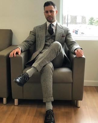 Comment porter: complet en laine gris, chemise de ville blanche, chaussures brogues en cuir noires, cravate noire