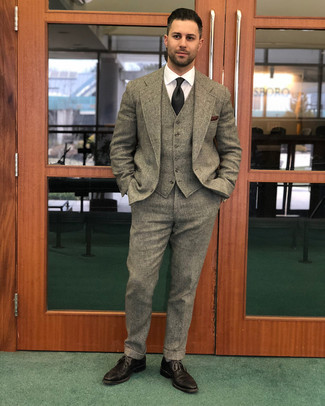 Comment porter: complet en laine marron, chemise de ville blanche, chaussures brogues en cuir marron foncé, cravate noire