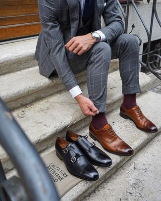 Comment porter: complet à carreaux gris, chemise de ville blanche, chaussures brogues en cuir marron, cravate bleu marine