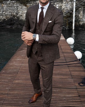 Comment porter une cravate marron foncé: Choisis un complet marron foncé et une cravate marron foncé pour une silhouette classique et raffinée. Pour les chaussures, fais un choix décontracté avec une paire de des chaussures brogues en cuir marron.