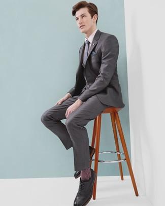 Comment porter une chemise de ville rose: Fais l'expérience d'un style élégant et raffiné avec une chemise de ville rose et un complet gris. Tu veux y aller doucement avec les chaussures? Complète cet ensemble avec une paire de des chaussures brogues en cuir noires pour la journée.