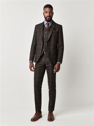 Comment porter: complet écossais marron foncé, chemise de ville bleu clair, chaussures brogues en cuir marron, cravate tabac