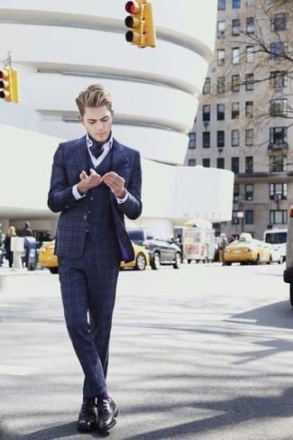 Comment porter: complet écossais bleu marine, chemise de ville blanche, chaussures derby en cuir noires, pochette de costume á pois bleu marine