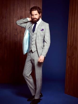 Comment porter: complet écossais gris, chemise de ville blanche, chaussures derby en cuir bordeaux, cravate à rayures verticales bleu marine