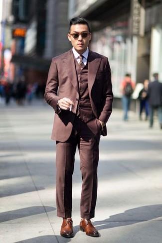 Comment porter: complet marron, chemise de ville blanche, chaussures derby en cuir marron, cravate marron