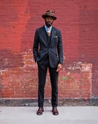 Comment porter: complet noir, chemise de ville bleu clair, chaussures derby en cuir bordeaux, chapeau en laine marron