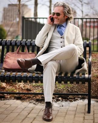 Comment porter: complet en laine beige, chemise de ville bleu clair, chaussures derby en cuir marron, serviette en cuir marron