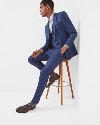 Comment porter: complet bleu marine, chemise de ville à fleurs blanche, chaussures derby en cuir marron foncé, pochette de costume á pois bleu marine