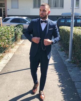 Comment porter: complet bleu marine, chemise de ville blanche, chaussures derby en cuir marron, nœud papillon noir