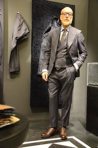 Comment porter une cravate imprimée cachemire olive: Associe un complet à rayures verticales gris avec une cravate imprimée cachemire olive pour un look classique et élégant. Décoince cette tenue avec une paire de des chaussures derby en cuir marron.
