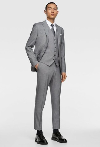 Comment porter une pochette de costume blanche: Marie un complet gris avec une pochette de costume blanche pour un look de tous les jours facile à porter. Choisis une paire de des chaussures derby en cuir noires pour afficher ton expertise vestimentaire.