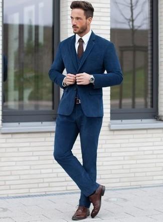 Comment porter un complet bleu marine: Harmonise un complet bleu marine avec une chemise de ville blanche pour une silhouette classique et raffinée. Décoince cette tenue avec une paire de des chaussures derby en cuir bordeaux.
