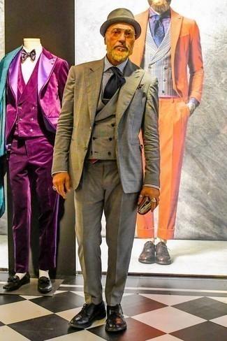 Comment porter une pochette de costume imprimée marron foncé: Harmonise un complet écossais gris avec une pochette de costume imprimée marron foncé pour obtenir un look relax mais stylé. Rehausse cet ensemble avec une paire de des chaussures derby en cuir noires.