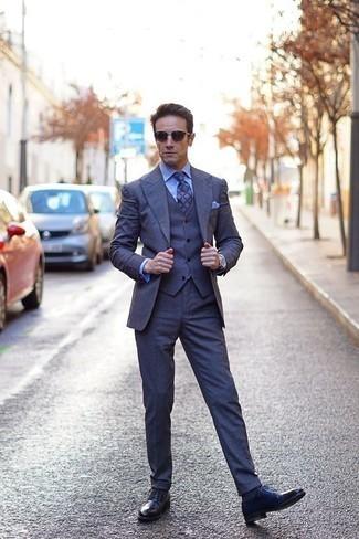 Comment porter des chaussures derby en cuir bleu marine: Harmonise un complet bleu marine avec une chemise de ville bleu clair pour un look classique et élégant. Tu veux y aller doucement avec les chaussures? Fais d'une paire de des chaussures derby en cuir bleu marine ton choix de souliers pour la journée.