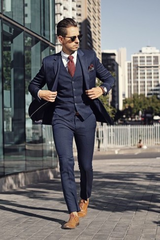 Comment porter: complet bleu marine, chemise de ville blanche, chaussures richelieu en cuir marron clair, cravate à rayures verticales rouge
