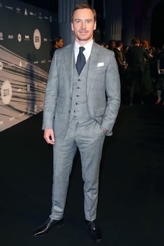 Comment porter: complet écossais gris, chemise de ville blanche, chaussures richelieu en cuir noires, cravate en laine bleu marine