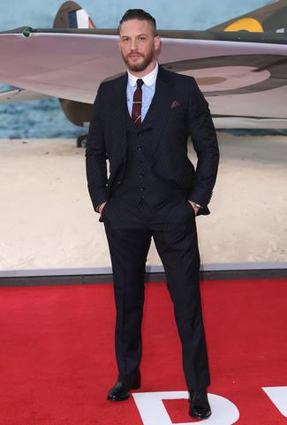 Comment porter: complet bleu marine, chemise de ville bleu clair, chaussures richelieu en cuir noires, cravate bordeaux