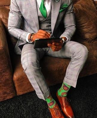 Comment porter: complet écossais gris, chemise de ville blanche, chaussures richelieu en cuir tabac, cravate verte