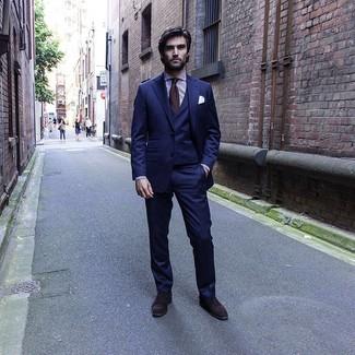 Comment porter: complet bleu marine, chemise de ville à rayures verticales blanc et pourpre, chaussures richelieu en daim marron foncé, cravate marron foncé