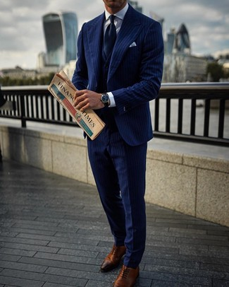 Comment porter: complet à rayures verticales bleu marine, chemise de ville blanche, chaussures richelieu en cuir marron, cravate bleu marine