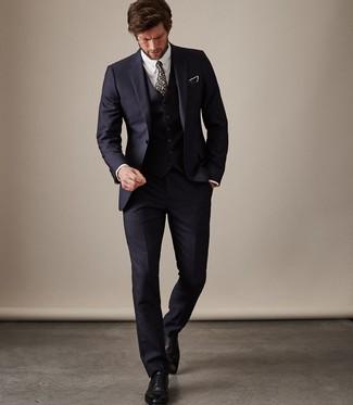 Comment porter un complet bleu marine: Pense à associer un complet bleu marine avec une chemise de ville blanche pour une silhouette classique et raffinée. Cette tenue se complète parfaitement avec une paire de des chaussures richelieu en cuir noires.