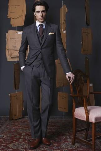 Comment porter des chaussures richelieu en cuir marron: Marie un complet gris foncé avec une chemise de ville blanche pour un look classique et élégant. Une paire de des chaussures richelieu en cuir marron est une option astucieux pour complèter cette tenue.