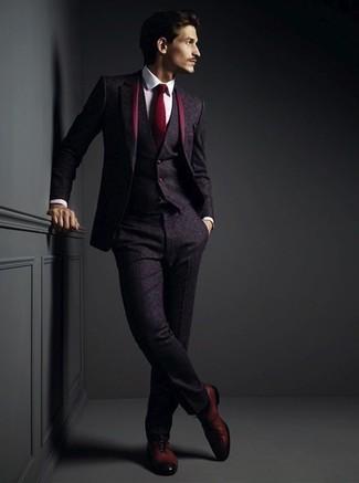Comment porter: complet en laine pourpre foncé, chemise de ville blanche, chaussures richelieu en cuir bordeaux, cravate bordeaux